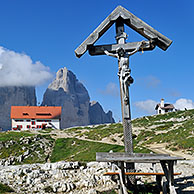 Crucifix and the Rifugio Antonio Locatelli in front of the Tre Cime di Lavaredo / Drei Zinnen, Dolomites, Italy